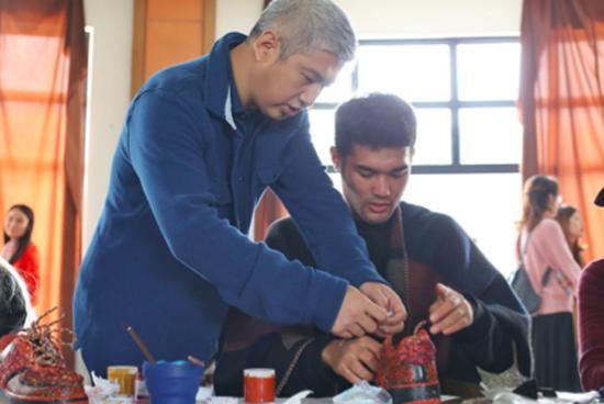 艺术家赵玉龙在给阿依卓力做指导。 主办方 供图