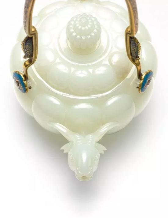 清乾隆御制白玉瓜棱式羊首掐丝珐琅提梁茶壶香港苏富比拍卖    成交价:7547.5万港元