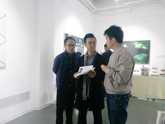策展人李裕君与白盒子艺术馆副馆长曹茂超交流