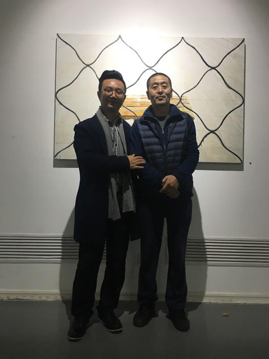 策展人李裕君与艺术家孟小为合影