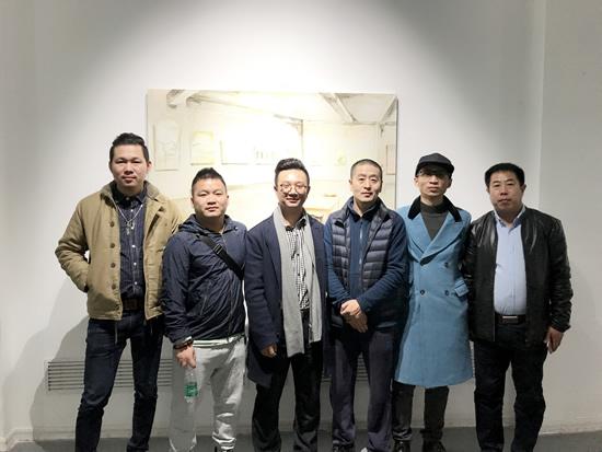 艺术家孟小为、策展人李裕君与好友及嘉宾合影