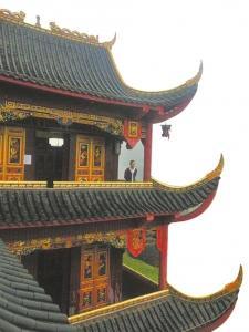 """杨跃宣站在自家""""府邸""""前。"""