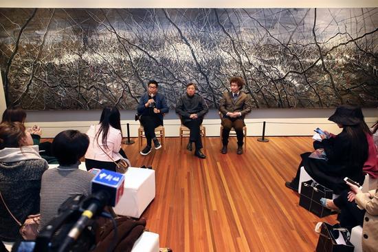 媒体群访现场(左起:王中军、范迪安、常天鹄)