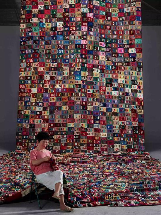 《我的母亲和我的家乡》, 废弃毛线、玻璃钢、硅胶 1600 x 600 cm, 2012