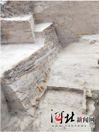 11月2日从河北省文物局获悉,不久前邢台市平乡县滏阳河内发现疑似元代沉船。图为遗址发掘现场。 邢台市文物管理处供图