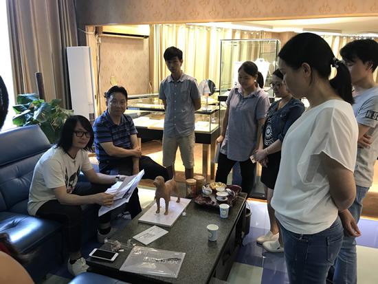 艺术家江衡(左一)工作照