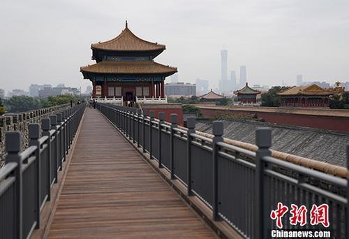 9月27日,北京故宫北城墙木栈道铺设完毕,即将正式开放。