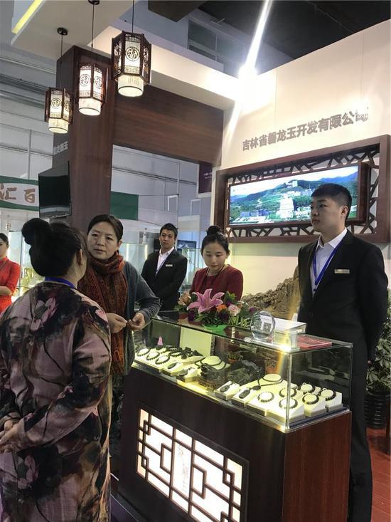 北京博观天下广告有限公司总经理张海翔女士来展区参观交流