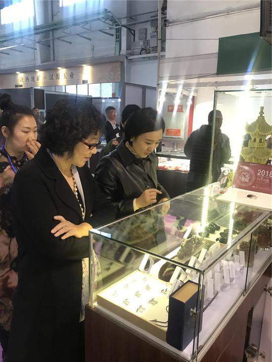 吉林省磐龙玉开发有限公司总经理王文女士到展区参观