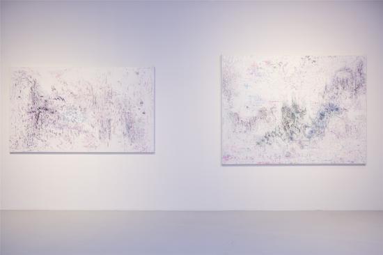 艺术家梁伟作品《现在或以后》(左一)和《当下噪音》(右一)