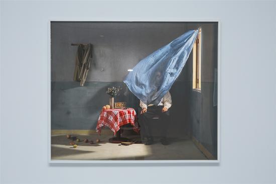 艺术家陈维作品《帘布后的偶像》