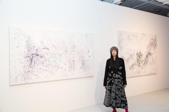 艺术家梁伟作品《当下噪音》(右一)及《现在或以后》(左一)参加《.com.cn》展览