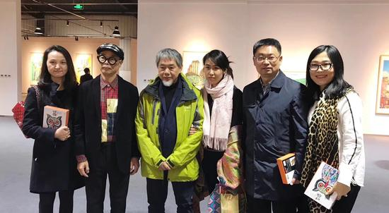 艺术家郭泰来(左二),策展人侯雅涵()与嘉宾合影