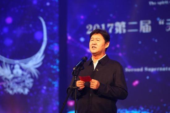 国土资源部原常务副部长、中国珠宝玉石首饰行业协会会长徐德明宣布典礼正式开始