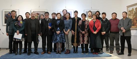 一带一路国际艺术巡回展。-蒙古站6国艺术家合影留念