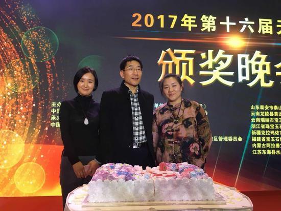 中国珠宝玉石协副会长兼秘书长史洪岳(中)与磐龙玉开发有限公司总经理王雯女士(左)和磐龙玉开发有限公司产品经理李安迪女士(右)合影留念