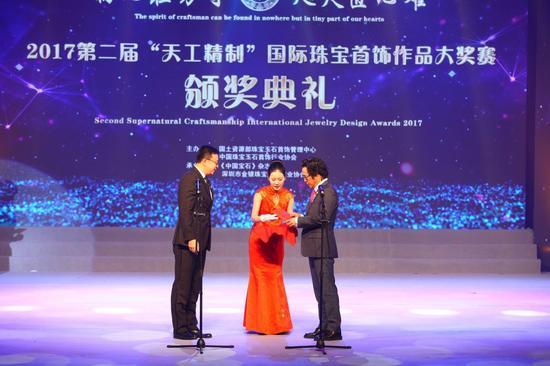 """Y&M缘与美公司董事长兼""""玫瑰印记""""创意总监林添伟、国际铂金协会业务发展总监叶翔,为最佳单项奖获得者开奖。"""