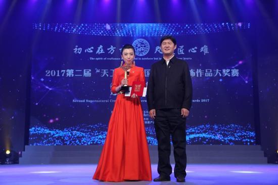 国土资源部原副部长、中国珠宝玉石首饰行业协会会长徐德明,为年度特别大奖获得者颁奖。