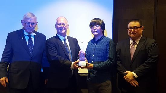 图1:克利福德·米什勒先生代表《世界硬币大奖赛》评委,向上海造币有限公司著名工艺美术师余敏先生授予了2017年终身成就奖。