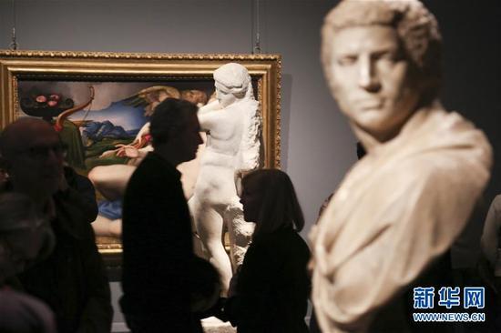 11月13日,在美国纽约大都会博物馆举行的米开朗基罗艺术展上,参观者观看米开朗基罗的两座雕塑作品。
