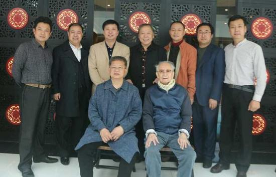 前排右沈鹏先生,左曾来德先生,后排左起:周剑初、龙开胜、刘京闻、王厚祥、李明、张志庆、方建光