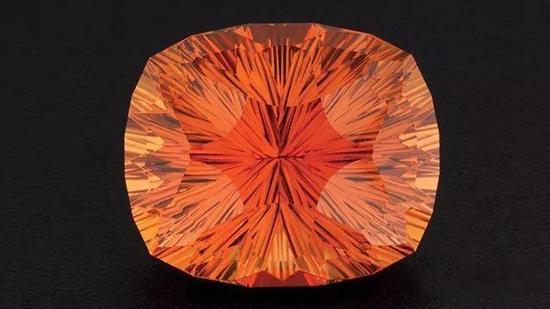 GIA研究宝石学家理查德·霍默以这件36.74克拉的古董垫型凹面聚焦切工的帝王托帕石作品赢得2013年的AGTA光谱奖。