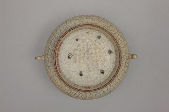 哥窑灰青釉鱼耳簋式炉(外底錾刻有乾隆皇帝咏哥窑御制诗),故宫博物院藏