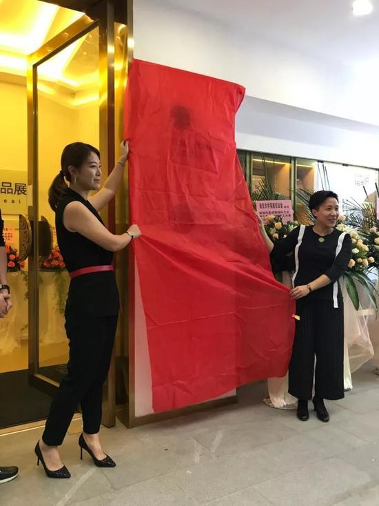 威狮国际艺术发展有限公司董事长董琦与凤凰艺术CEO黄晓燕共同揭幕