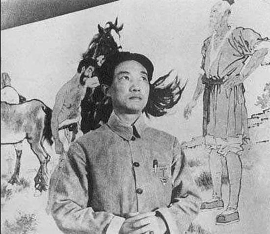 徐悲鸿 摄于《九方皋》(1931年作)前