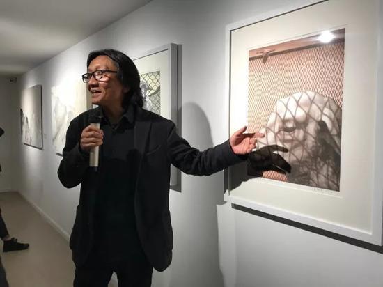 艺术家苏新平在讲座后为现场观众导览作品