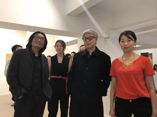 学术主持高名潞在艺术家苏新平、策展人肖戈、威狮国际艺术发展有限公司董事长董琦的陪同下观展