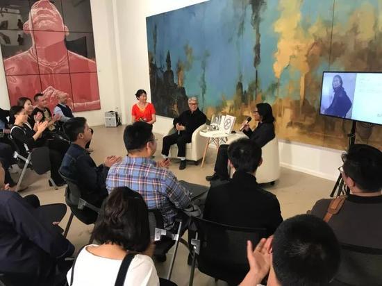 从左至右:策展人肖戈、学术主持高名潞、艺术家苏新平