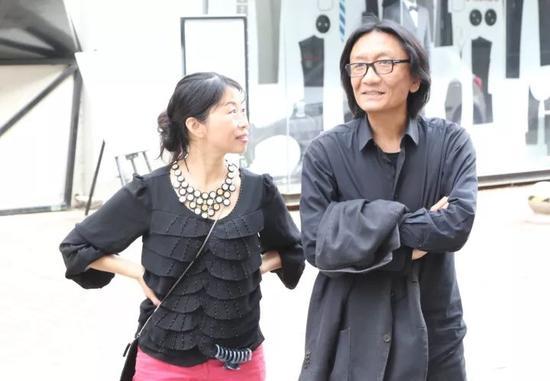 艺术家苏新平(左)与策展人肖戈(右)在布展现场