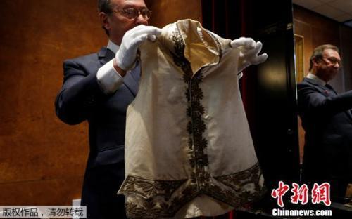 拿破仑生前穿过的丝绸马甲也将拍卖。