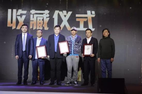 胡环中、中央美术学院教授刘刚和清华大学美术学院博士生导师顾黎明分别为藏家颁发收藏证书