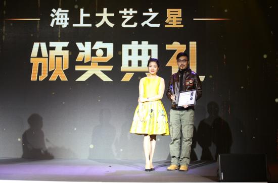 左为苏宁艺术馆常务理事、苏宁环球文产集团副总裁马莉莉