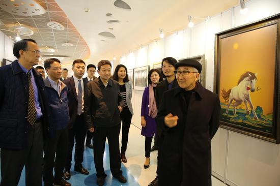 中国美术家协会名誉主席、全国政协常委靳尚谊(右一)在展览现场观展