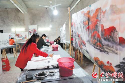 湖南浏阳农民放下锄头拿起画笔 水墨画行销国内外