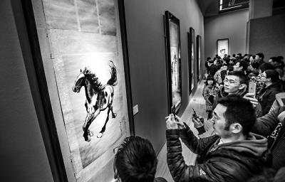 中国美术馆此次推出的馆藏特展大师名作云集,令大批参观者冒着严寒进馆观展。实习记者 武亦彬摄