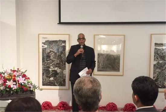 威廉帕特森大学艺术和传媒学院院长戴若・摩尔(Daryl J. Moore)主持开幕式