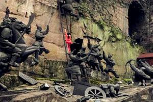 小女孩爬上雕塑 路人:不知该不该劝