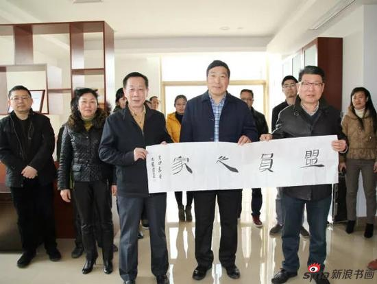 毛国典向民盟江西省委赠送书法作品《盟员之家》