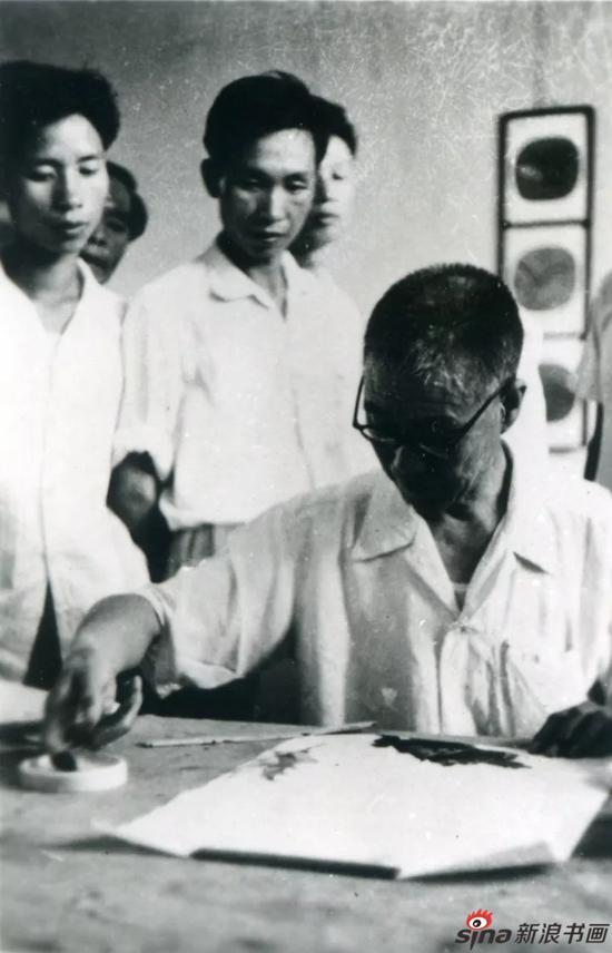 潘天寿为学生示范指墨画