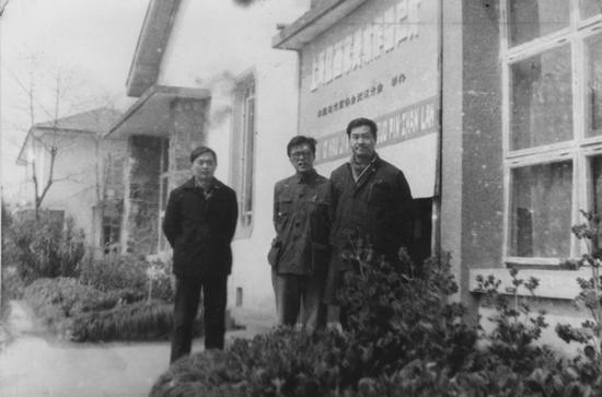 """1979年3月""""十二人画展""""武汉巡展在武汉中山公园展出,图中左起:陈巨源、钱培琛、孔柏基"""