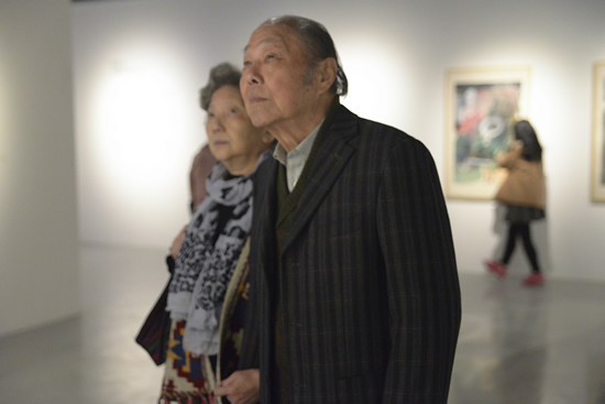 """现年86岁的""""十二人画展""""艺术家沈天万先生携夫人一同观看展览"""