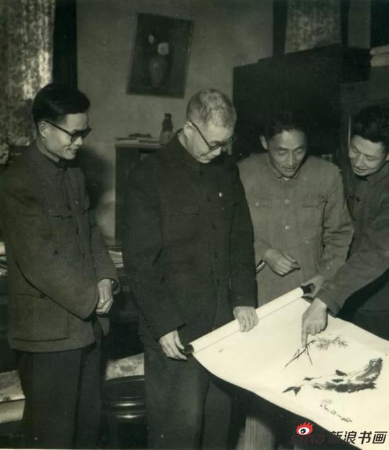1962年潘天寿(中)与浙江省美协同志探讨画艺