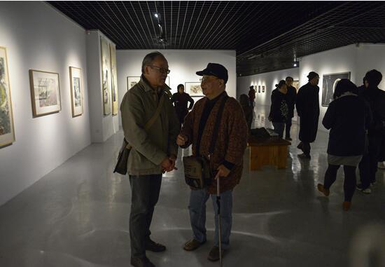 """艺术家查国钧同现场来宾就1983年参加""""八三年阶段绘画实验展览""""参展作品的创作做深入交流"""