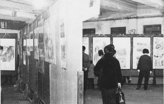 """1979年1月底2月初""""十二人画展""""上海黄浦区少年宫展览现场,左墙为陈巨源作品,右墙为陈巨洪作品"""