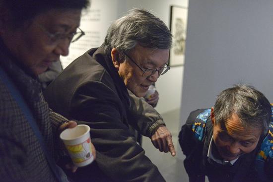 """""""十二人画展""""组织者之一钱培琛先生,同现场观众观看自己在1979年""""十二人画展""""上展出的作品,并畅谈当年的创作经历"""