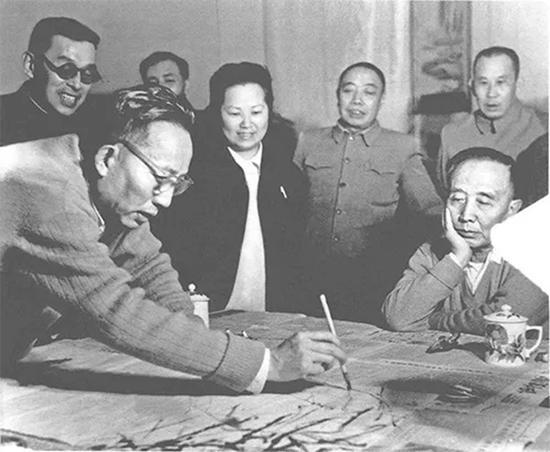 郭沫若(右一)观看傅抱石作画